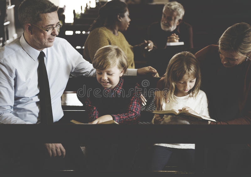 Os povos da igreja acreditam a fé religiosa imagem de stock royalty free
