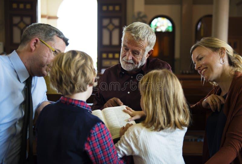 Os povos da igreja acreditam a fé religiosa imagens de stock