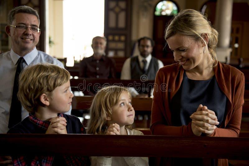 Os povos da igreja acreditam a fé religiosa foto de stock royalty free