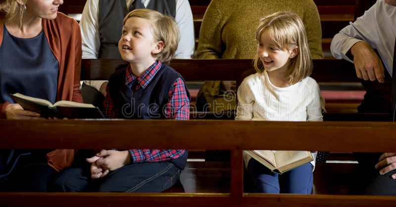 Os povos da igreja acreditam o conceito de família religioso da fé imagem de stock