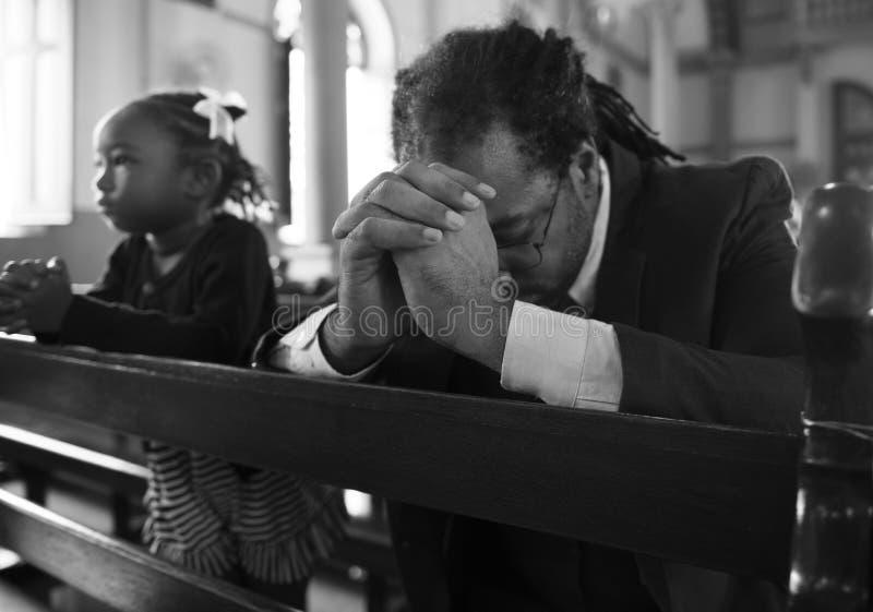 Os povos da igreja acreditam o conceito religioso da confissão da fé imagem de stock