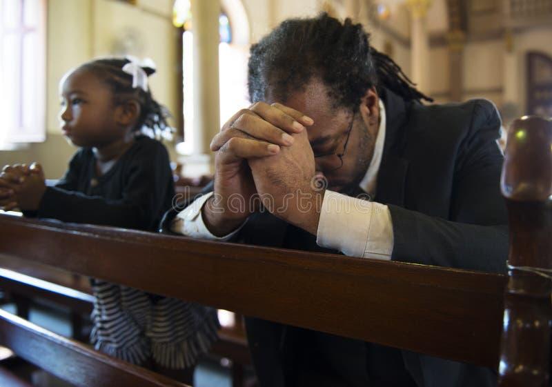 Os povos da igreja acreditam o conceito religioso da confissão da fé fotografia de stock
