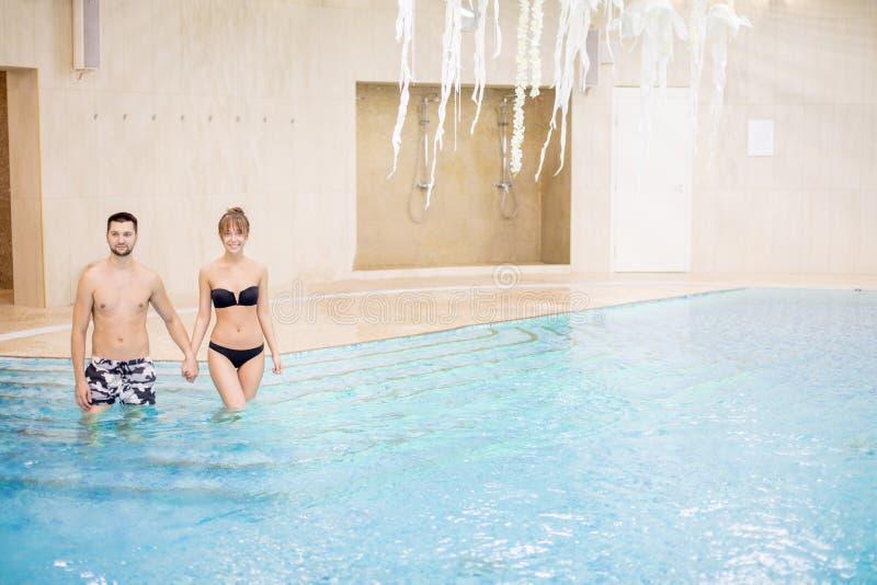 Os povos de amor felizes são nadar indo na associação imagens de stock royalty free
