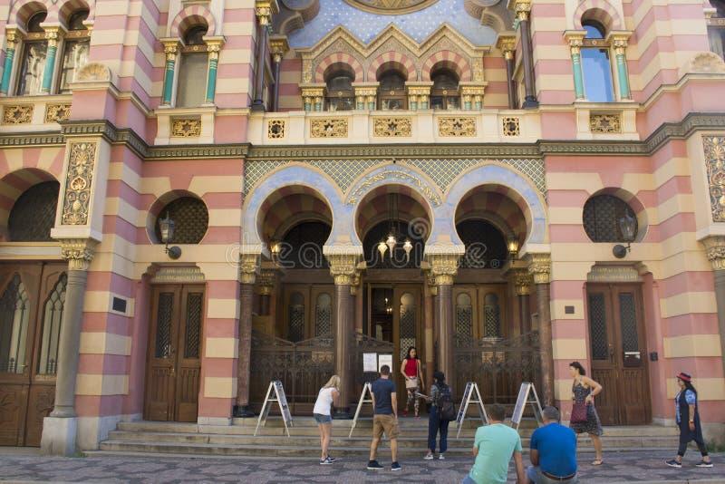 Os povos de Czechia e os viajantes do estrangeiro visitam a sinagoga do jubileu em Praga, República Checa imagem de stock royalty free