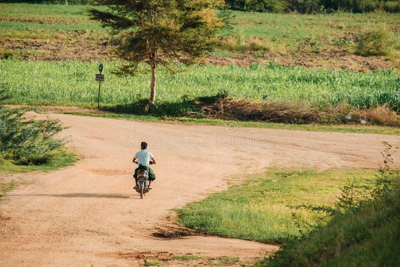 Os povos de Myanmar montam motocicletas com fundo natural na zona arqueológico do templo antigo Bagan, Myanmar, o 11 de agosto de fotografia de stock royalty free