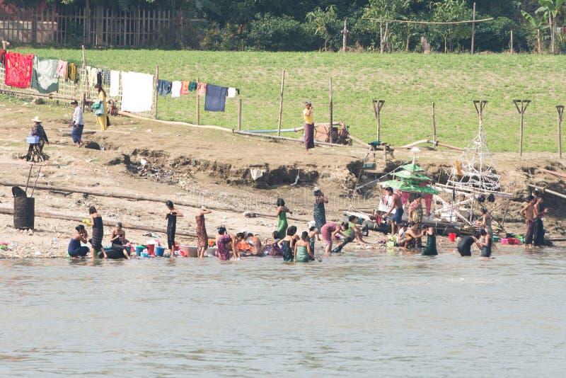 Os povos de Myanmar tomam um banho no rio de Irrawaddy Porto da cidade de Sagaing para o curso de turista ao mingun e ao pahtodaw fotografia de stock
