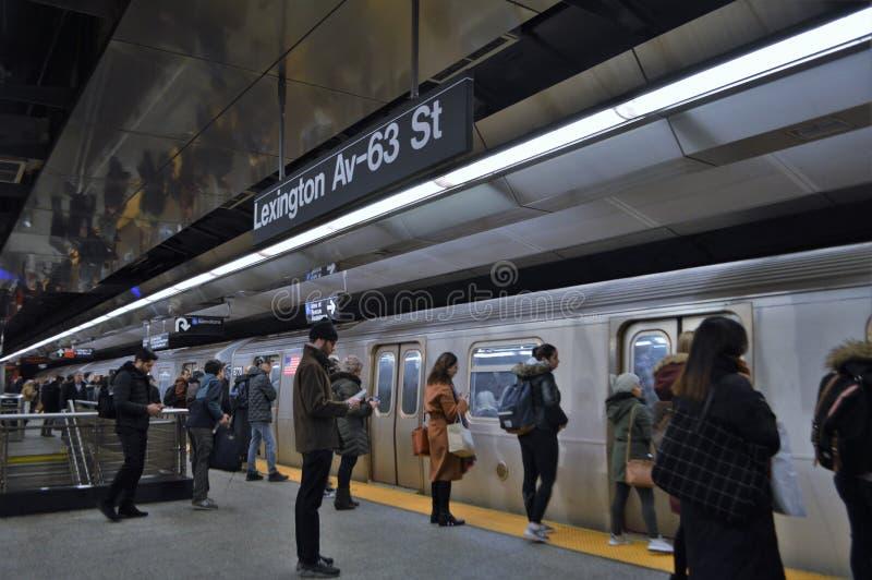 Os povos de New York City comutam para trabalhar horas de ponta do estação de caminhos de ferro do carro de metro fotografia de stock royalty free