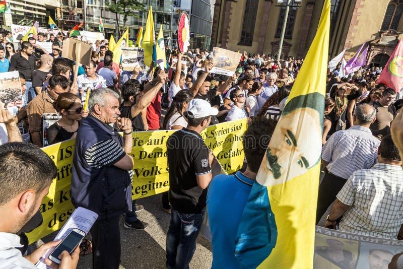 Os povos demonstram contra o assassinato e a violação do peopl curdo fotografia de stock royalty free
