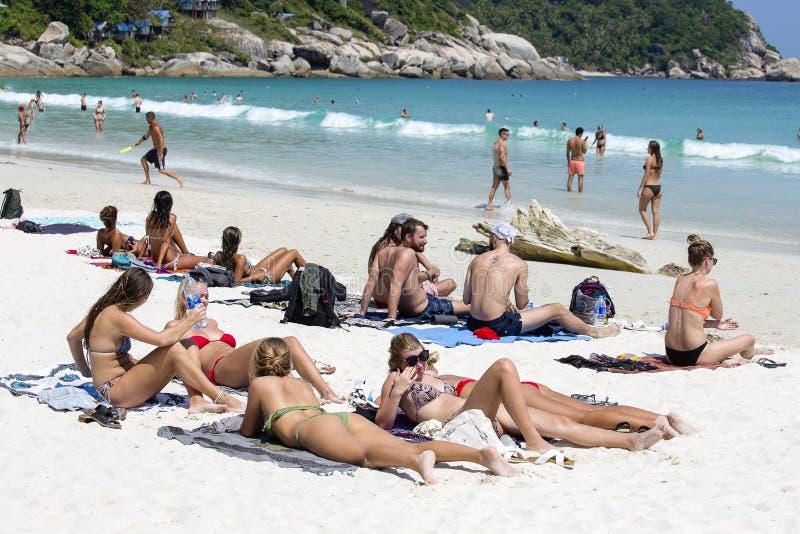 Os povos descansam na ilha de Koh Phangan em Tailândia fotografia de stock royalty free