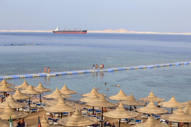 Os povos descansam na praia perto do Mar Vermelho na estância, Sharm el Sheikh, Egito imagens de stock