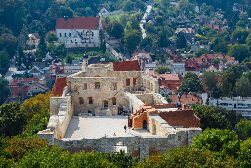 Os povos desconhecidos visitam as ruínas do castelo em Kazimierz Dolny em Vistula River em Pola imagens de stock royalty free