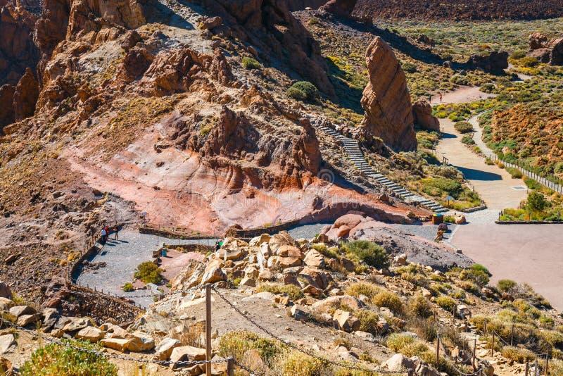 Os povos desconhecidos visitam a reserva natural Roques de García perto do vulcão do EL Teide, ilha de Tenerife, S fotos de stock