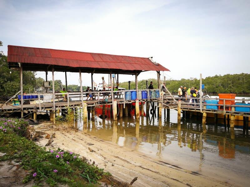 Os povos desembarcam do barco de passageiro na manhã na vila de Merang foto de stock royalty free
