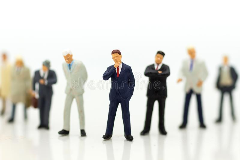 Os povos diminutos, grupo de homens de negócios trabalham com equipe, usando-se como a escolha do fundo do melhor empregado serid fotos de stock