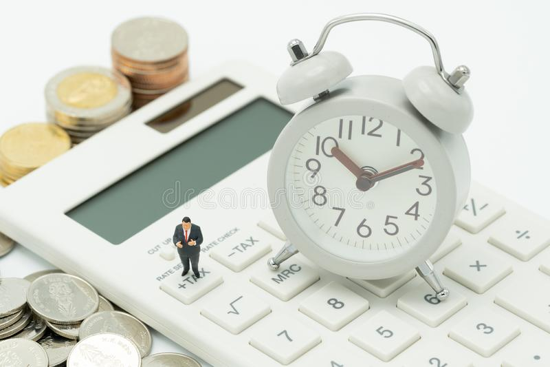 Os povos diminutos pagam o IMPOSTO de rendimento anual da fila pelo IMPOSTO do ano imagens de stock royalty free