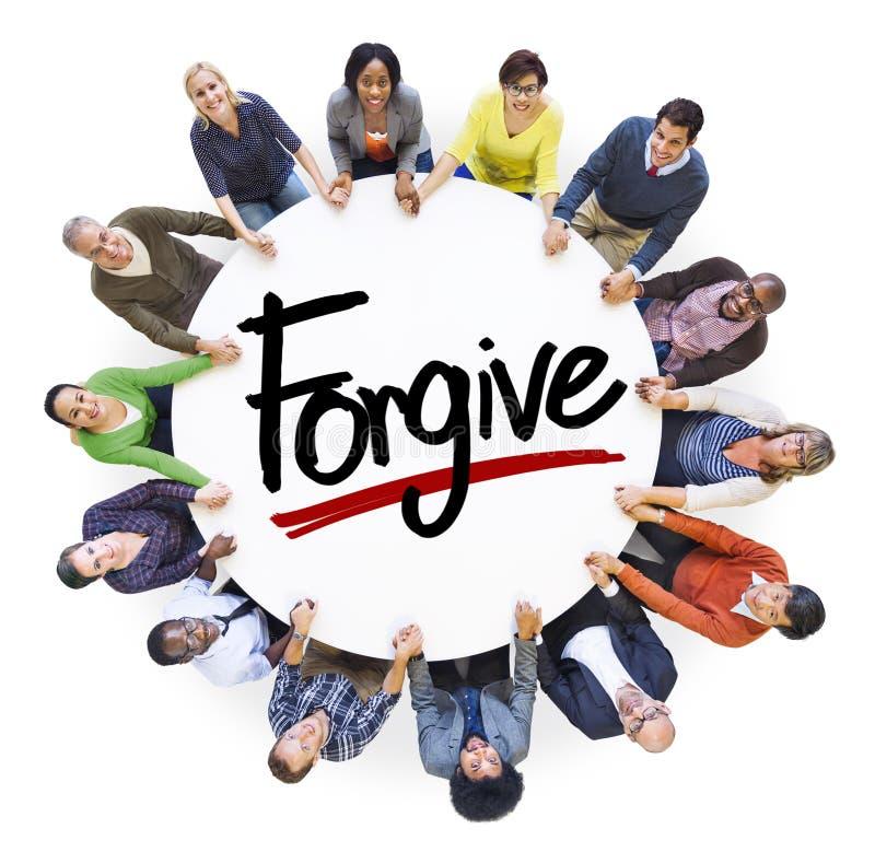 Os povos diversos que guardam as mãos perdoam o conceito imagens de stock