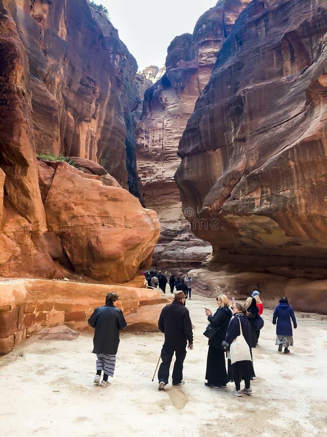 Os povos do turista na maneira com Siq gorge para apedrejar PETRA da cidade, Jordânia fotografia de stock