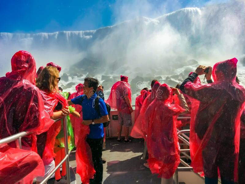 Os povos do turista no barco da viagem visitam às quedas, pov imagens de stock