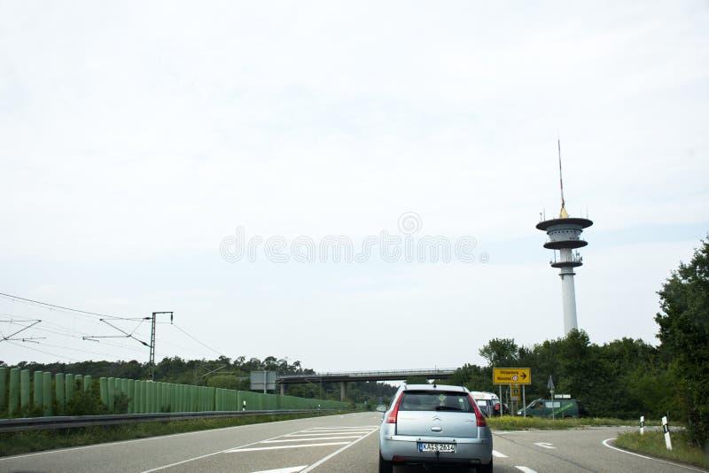 Os povos dos viajantes que conduzem o carro na estrada vão à cidade de Speyer em Alemanha imagens de stock