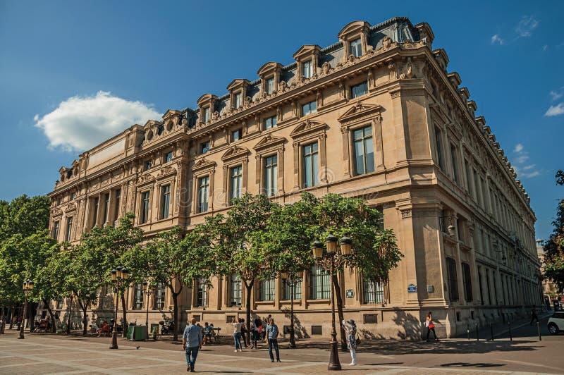 Os povos e as construções no La mencionam a ilha no centro da cidade de Paris fotografia de stock royalty free