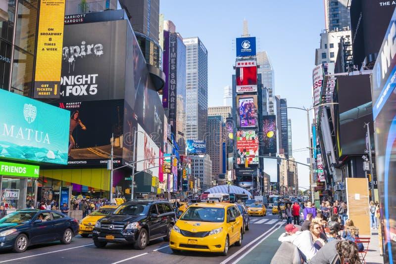 Os povos e o tráfego esquadram às vezes em New York City foto de stock