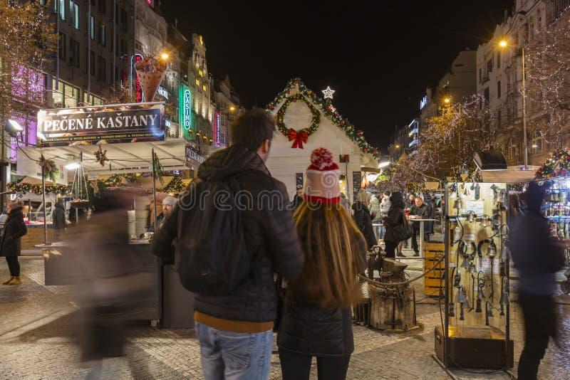 2017 - Os povos e os turistas que visitam os mercados do Natal no Wenceslas esquadram em Praga fotos de stock royalty free