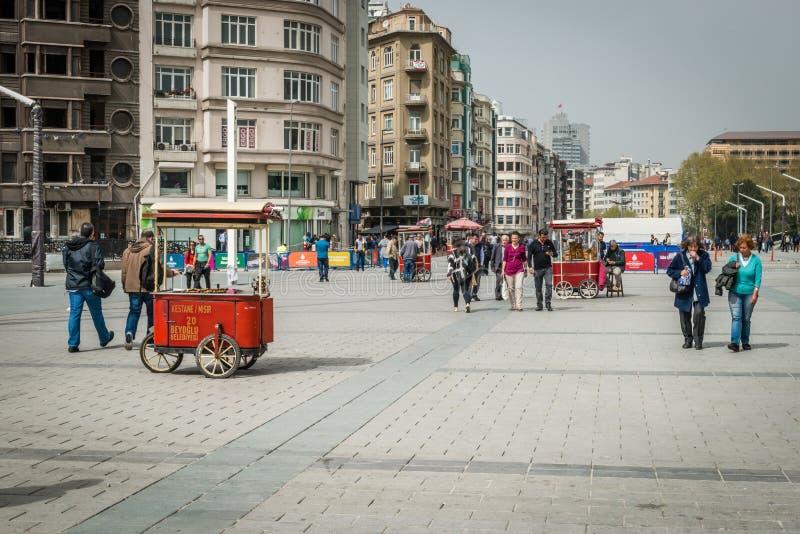 Os povos em Taksim esquadram em Istambul, Turquia imagens de stock