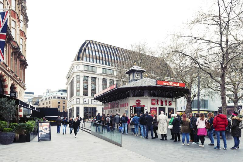 Os povos enfileiram-se para bilhetes de compra de TKTS, a cabine de bilhete oficial do teatro de Londres situada no quadrado de L imagem de stock royalty free