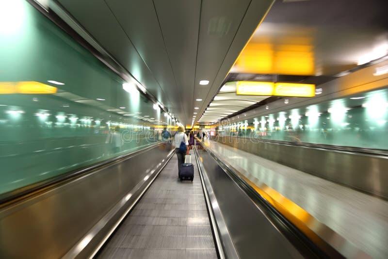 Os povos entram no corredor para embarcar no avião foto de stock
