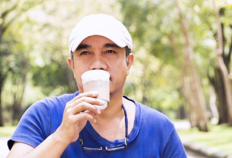 Os povos equipam guardar o copo de café ou o copo descartável com um pla preto fotografia de stock