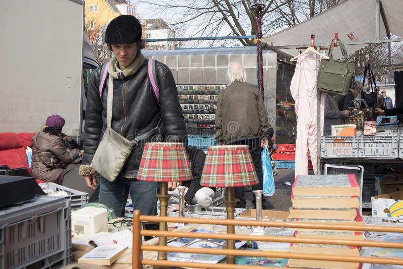 Os povos escolhem coisas na feira da ladra imagem de stock