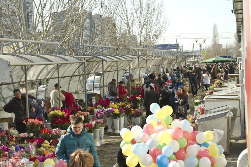 Os povos escolhem flores em um presente imagens de stock