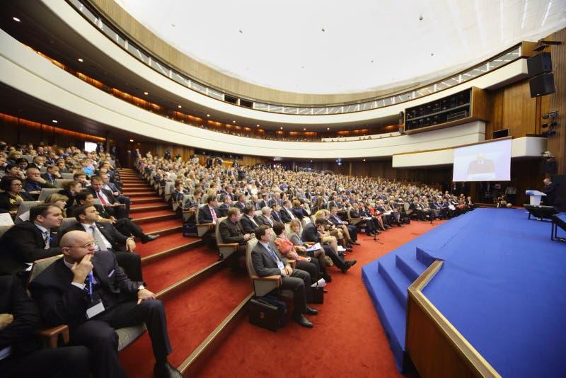 Os povos escutam orador na empresa de pequeno porte do fórum foto de stock royalty free