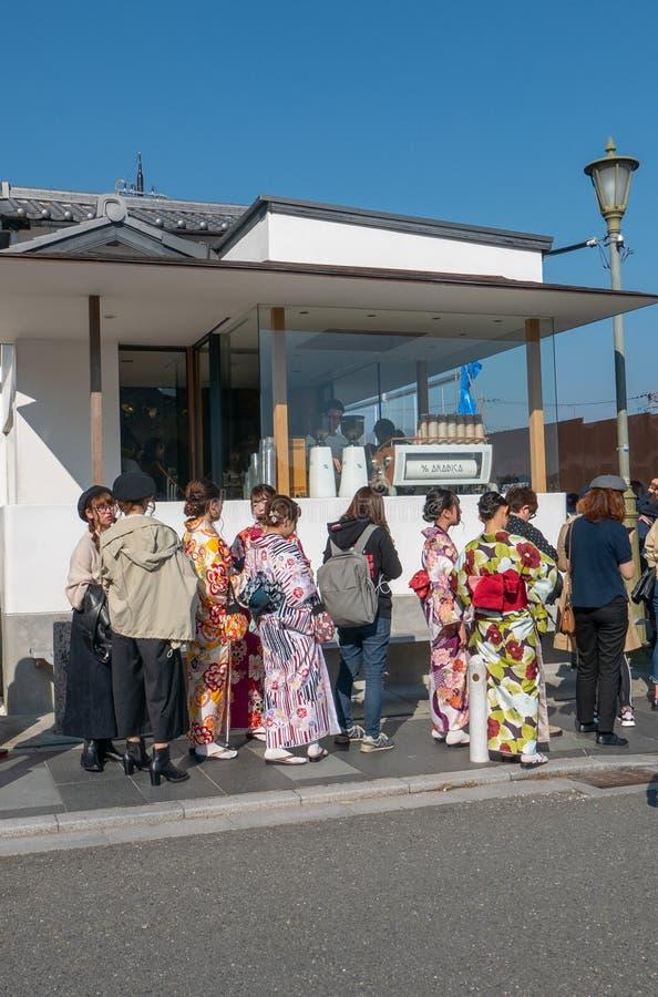 Os povos esperam na linha para obter o café em Arashiyama, Japão imagens de stock royalty free