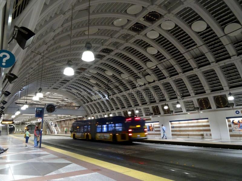 Os povos esperam o trem sadio do trilho da luz do trânsito dentro da estação quadrada pioneira imagem de stock royalty free