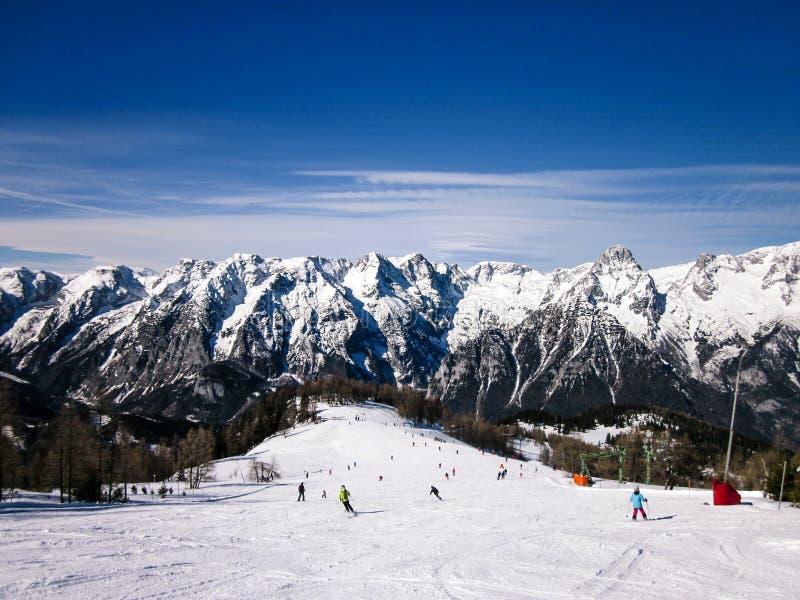 Os povos esquiam nos cumes e na montanha bonita no fundo fotos de stock royalty free