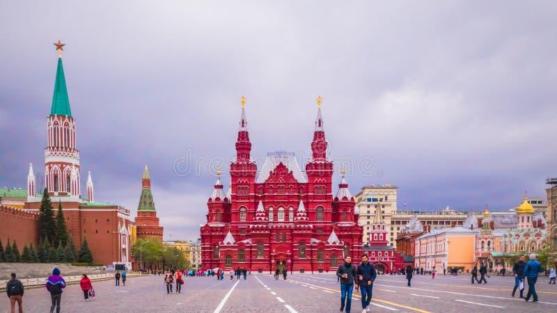 Os povos estão andando no quadrado vermelho perto da parede do Kremlin em Moscou, Rússia foto de stock