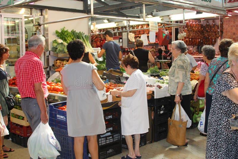 Os povos compram no mercado central, Valência fotos de stock royalty free