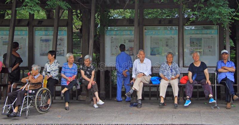 Os povos estão descansando no parque de Shanghai fotografia de stock royalty free