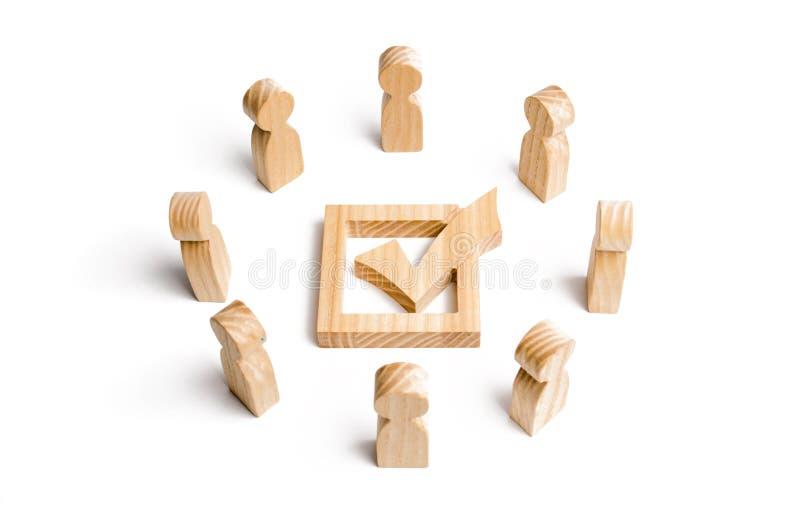 Os povos estão em um círculo e em um olhar na marca de verificação na caixa eleição, votação ou referendo Povos da votação Os ele foto de stock