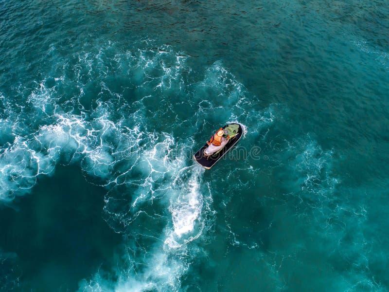Os povos estão jogando o esqui do jato no mar durante os feriados imagem de stock royalty free