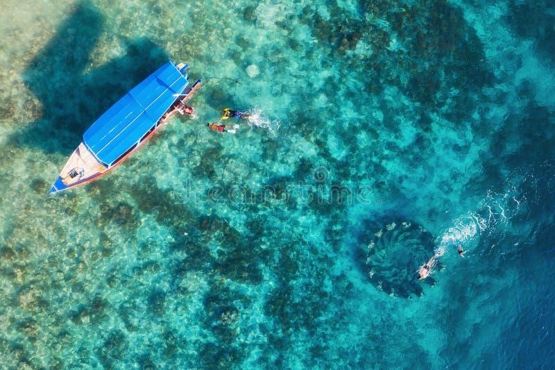 Os povos estão mergulhando perto do lugar famoso em Gili Meno Island, Indonésia Silhueta do homem de neg?cio Cowering Turismo sub imagens de stock