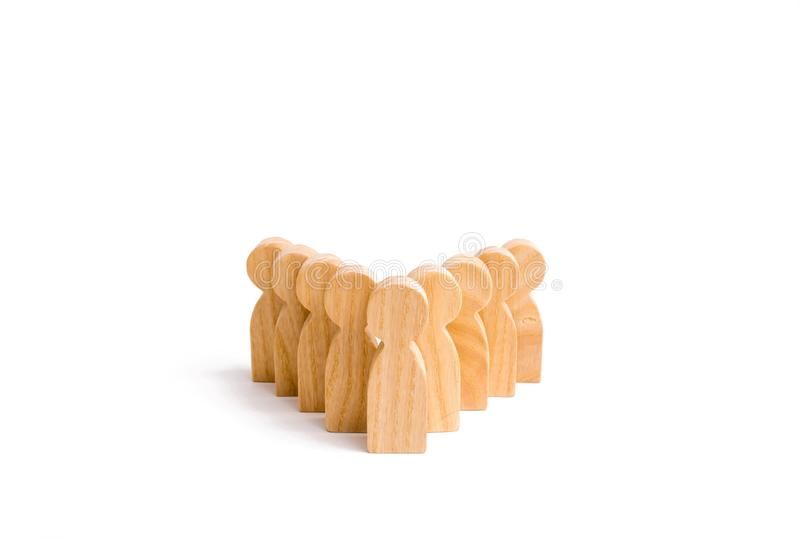 Os povos estão na formação dos pinos Um jogo de bouwling Figuras de madeira das pessoas, em um fundo branco o conceito dos bu fotografia de stock royalty free
