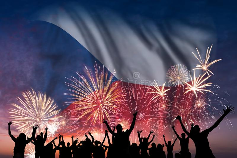 Os povos estão olhando em fogos-de-artifício e em bandeira de República Checa ilustração royalty free