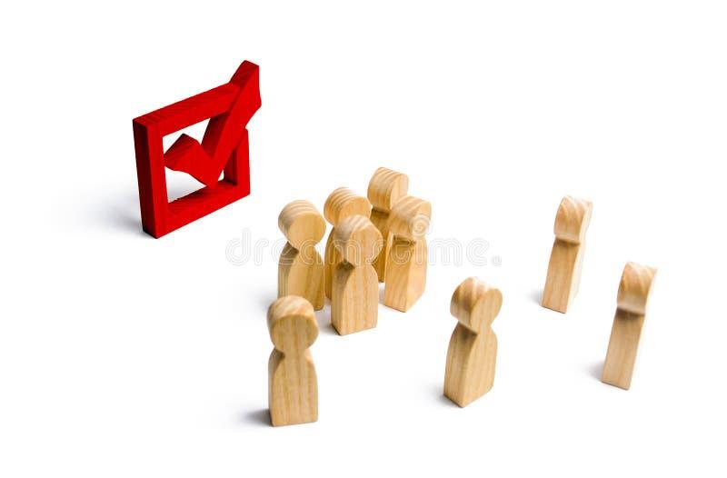 Os povos estão próximo e olham a marca de verificação vermelha na caixa eleição, votação ou referendo Os eleitores participam nas foto de stock royalty free