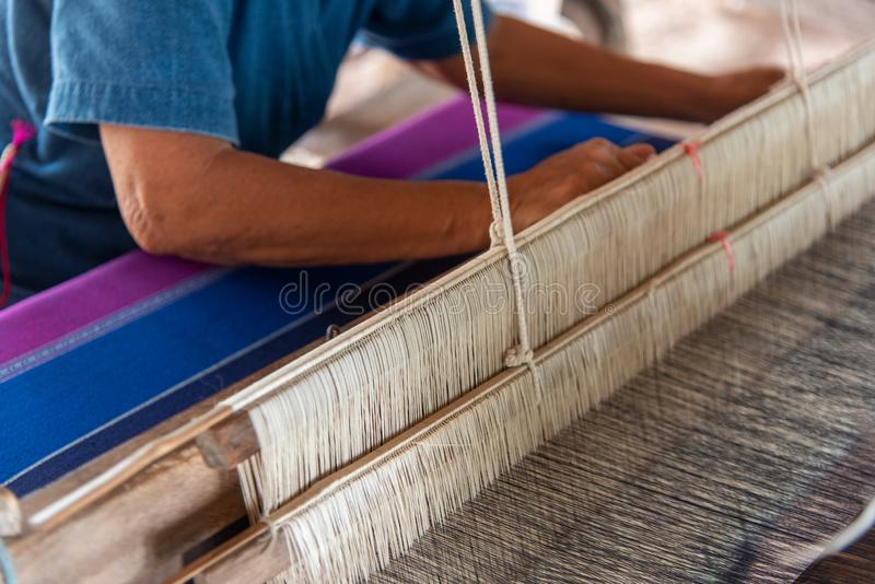 Os povos estão tecendo com as máquinas de tecelagem tailandesas tradicionais de Lanna fotografia de stock