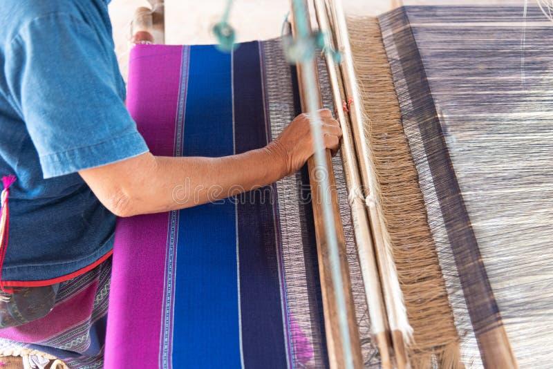 Os povos estão tecendo com as máquinas de tecelagem tailandesas tradicionais de Lanna fotografia de stock royalty free