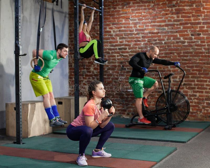 Os povos estão treinando no gym apto da cruz fotografia de stock royalty free