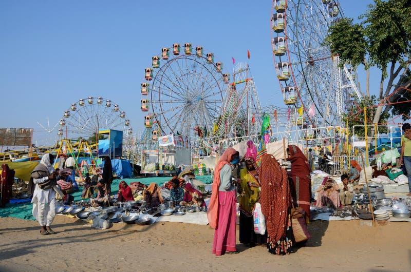Os povos estão vendendo bens no parque de diversões em Pushkra, Índia fotografia de stock royalty free
