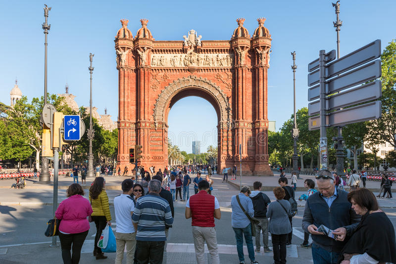 Os povos estão visitando Arco de Triomf situado na cidade de Barcelona, Catalonia, Espanha imagem de stock royalty free